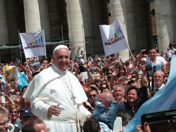 1280px-Pope_Francis_among_the_people_at_St__Peter's_Square_-_12_May_2013